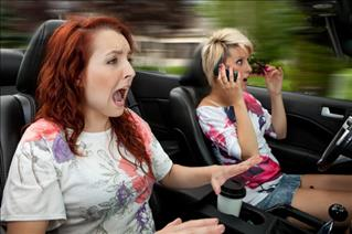 125/572/woman-speeding-and-applying-makeup-in-car-middle.jpg